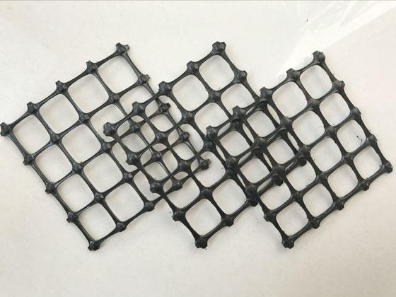双向土工格栅能有效改善加筋承载面的锁定性